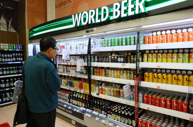 Foreign beer fills shelves at the supermarket in Seoul. (Yonhap)