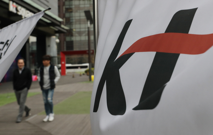 Pedestrians walk by KT Corp.'s headquarters in Seoul on April 9, 2019. (Yonhap)