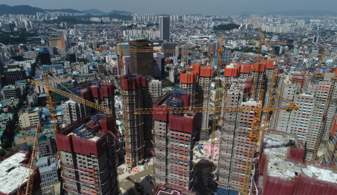 Workers stage a work stoppage at an apartment building construction site in the southwestern city of Gwangju, June 4, 2019, calling for a pay raise and prohibition of the use of smaller tower cranes that they claim are accident-prone. (Yonhap)