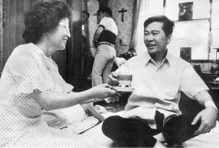 Former late President Kim Dae-jung (R) and his wife, Lee Hee-ho. Lee, who died at the age of 96 on June 10, 2019, was a political buttress for the ex-president. (Yonhap)