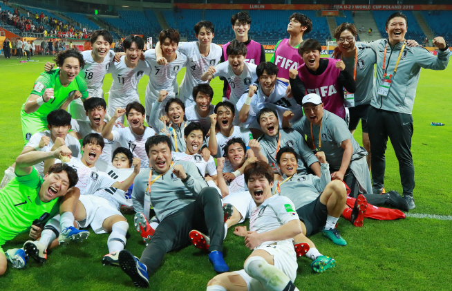 South Korean players and coaches celebrate their 1-0 victory over Ecuador in the semifinals of the FIFA U-20 World Cup at Lublin Stadium in Lublin, Poland, on June 11, 2019. (Yonhap)