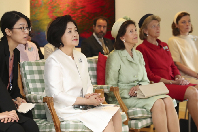First lady Kim Jung-sook participated in an event held in Stockholm's Humlegården where she met with 13 latte papas and children to discuss issues related to paternal leave. (Yonhap)