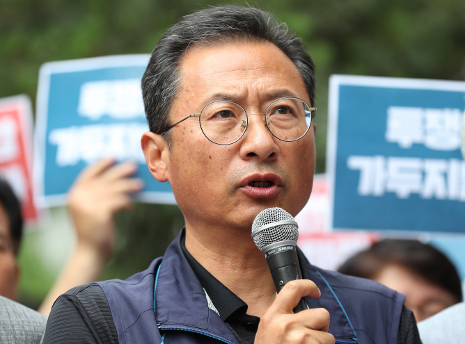 Kim Myeong-hwan, chairman of the Korean Confederation of Trade Unions, holds a press briefing on June 21, 2019, to denounce the government's labor policy, before he appeared at a court hearing to review his arrest over charges of orchestrating violent illegal rallies. (Yonhap)