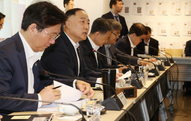 Hong Nam-ki (2nd from L), minister of economy and finance, speaks in a meeting on support measures for the country's service industry in Seoul on June 26, 2019. (Yonhap)