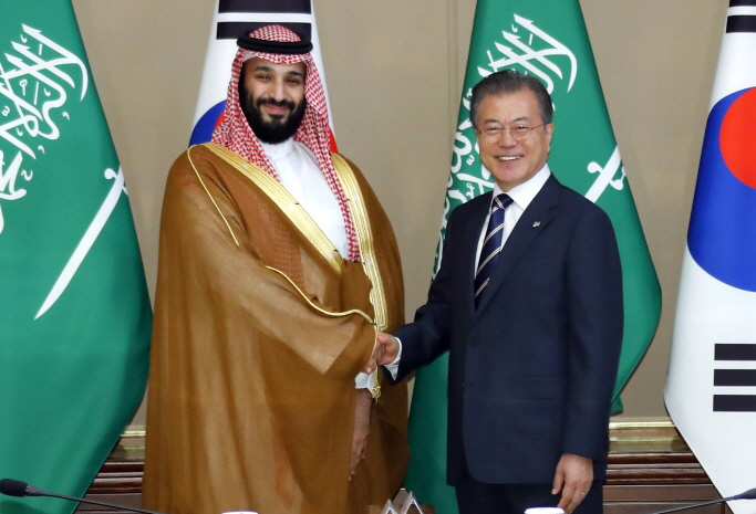 South Korean President Moon Jae-in (R) shakes hands with Crown Prince Mohammed bin Salman of Saudi Arabia on June 26, 2019, at the presidential office Cheong Wa Dae before holding a one-on-one meeting to discuss ways to promote cooperation and ties. (Yonhap)
