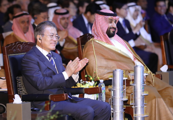 President Moon Jae-in (L) with Crown Prince Mohammed bin Salman at a ceremony at a hotel in Seoul on June 26, 2019, to mark the completion of S-Oil Corp.'s petrochemicals production facilities in the southeastern port of Ulsan. (Yonhap)