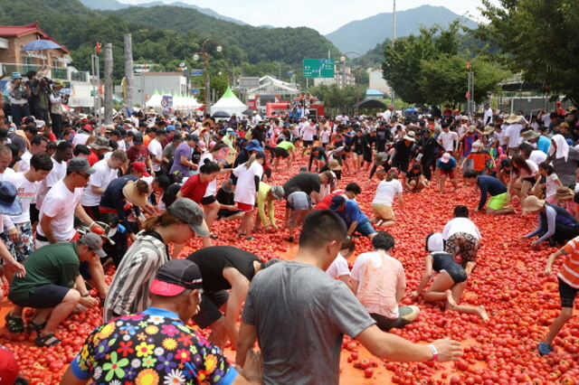 Residents Form Organizing Committee for Tomato Festival