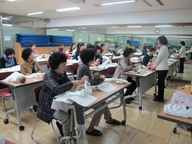 A child care class for grandparents. (image: Uiwang City Office)