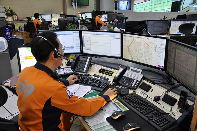 Emergency medical specialists who work 24 hours a day at the National Emergency Management Center of the National Fire Agency are available to offer support when Koreans require help. (image: Jeonnam Fire Service)