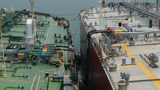 A vessel chartered by SK Trading International (L) receives bunker oil from a crude carrier. (image: SK Trading International)