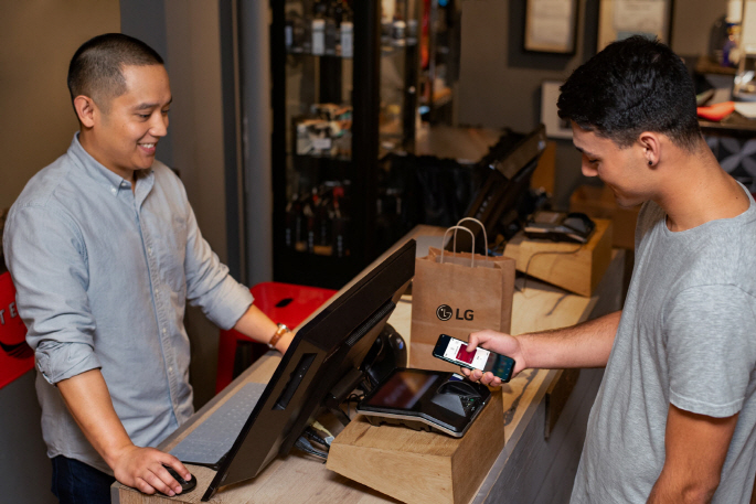 A customer uses an LG G8 smartphone to make a payment using LG Pay at a store in the United States. (image: LG Electronics)
