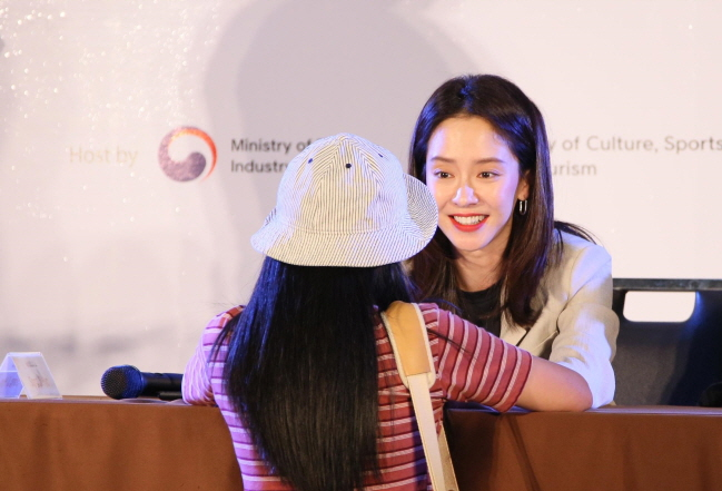 South Korean actress Song Ji-hyo talks to a fan during the Korea Brand & Entertainment Expo in Bangkok on June 8, 2019. (image: Korea Trade-Investment Promotion Agency)