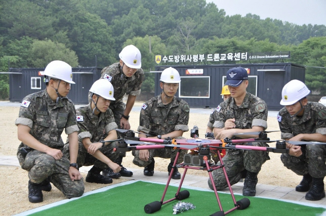 Soldiers of the Capital Defense Command receive training on how to operate drones. (image: Army)