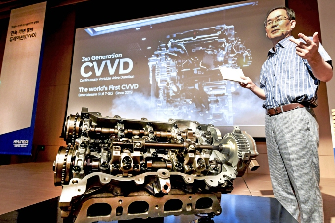 Ha Kyoung-pyo, research fellow of the Gasoline Engine Research Lab 2 at Hyundai, delivers a briefing on CVVD technology at a press meeting held at Hyundai Motor Studio Goyang, just northwest of Seoul, on July 3, 2019. (image: Hyundai Motor)