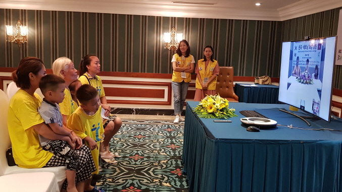 UCC invited 170 family members to a hotel in Hanoi, Vietnam on Monday to hold a series of video chats with 25 female Vietnamese immigrants living in South Korea, over a period of three days. (Yonhap)