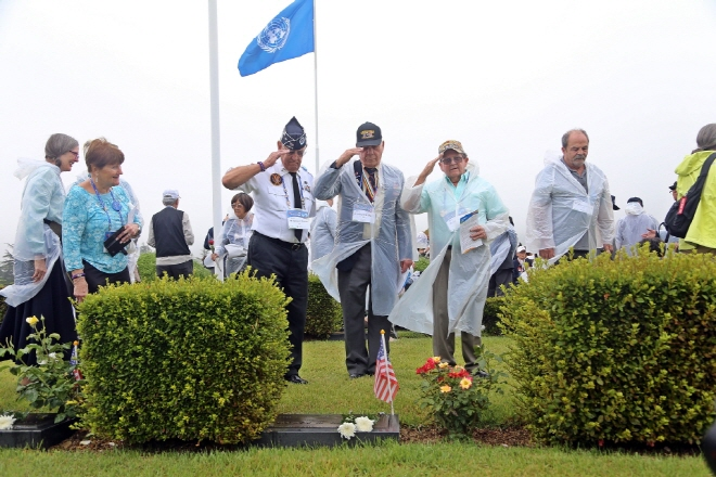 Korean War veterans from abroad pay tribute at the graves of deceased fellow soldiers at the U.N. Memorial Cemetery in Busan on June 26, 2018. (image: Ministry of Patriots and Veterans Affairs)