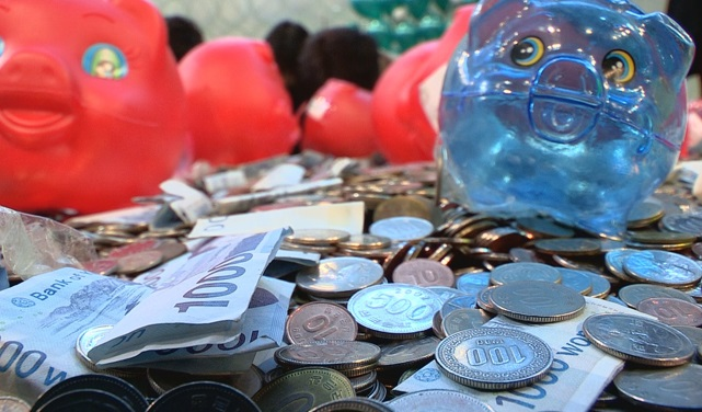 A pile of coins from piggy banks collected as part of a recent campaign by the Bank of Korea to use and recycle coins stashed away in people's homes. (Yonhap)