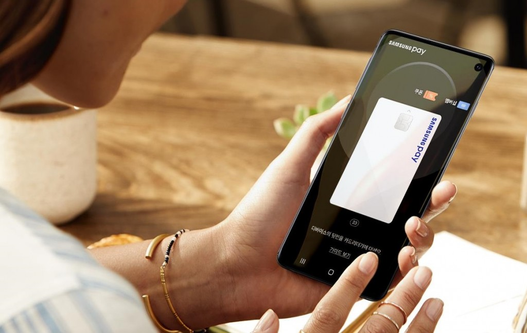 A customer holding up a mobile app credit card that can be used to make payments virtually at any store with credit card readers. (image: Samsung Electronics Co.)
