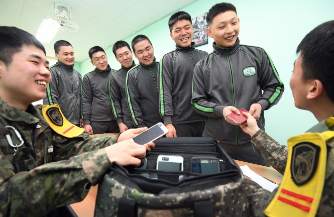 Gov't Delays Official Imposition of Soldiers' Mobile Phone Use