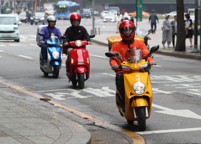 Non-electric motorcycles emit six times more nitrogen oxide, a source of fine dust, than small-sized automobiles, since they emit large amounts of harmful substances caused by the incomplete combustion of fuel. (Yonhap)
