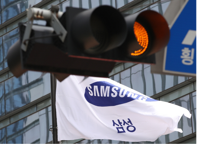 Samsung Electronics Co.'s flag at its main office in southern Seoul. (Yonhap)