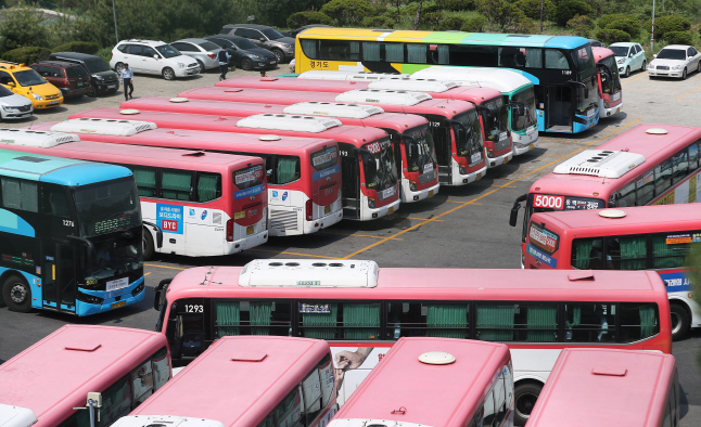 Buses are parked at a bus operator's garage in Yongin, south of Seoul, on May 14, 2019, one day before a nationwide strike that unionized bus drivers threatened to stage over possible income reductions from the shorter workweek. (Yonhap)