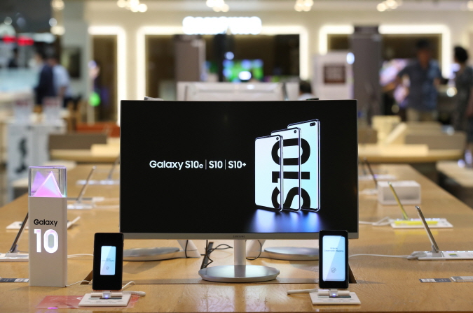 Samsung Electronics Co.'s Galaxy S10 smartphones displayed at a store in Seoul. (Yonhap)