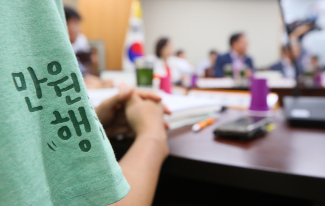 A T-shirt with a phrase calling for a 10,000-won minimum wage worn by a representative from the labor sector attending a meeting of the Minimum Wage Council. (Yonhap)