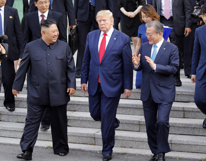 North Korean leader Kim Jong-un (L) walks with U.S. President Donald Trump (C) and South Korean President Moon Jae-in toward the northern side of the truce village of Panmunjom in the Demilitarized Zone, which separates the two Koreas, on June 30, 2019, after holding talks with Trump at the Freedom House on the village's southern side. (Yonhap)