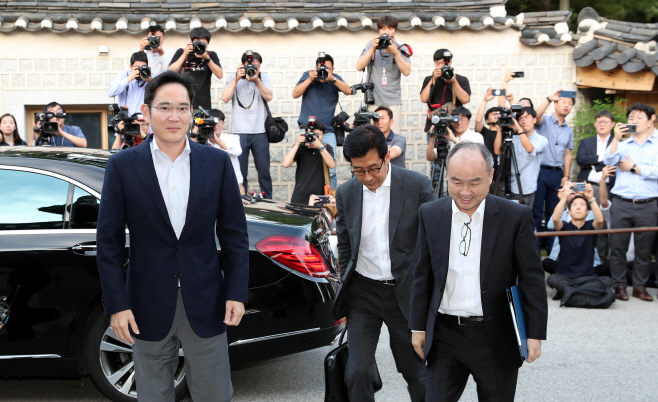 Samsung Electronics Vice Chairman Lee Jae-yong (L) and SoftBank Group CEO Masayoshi Son walk side by side on their way to dinner in Seoul on July 4, 2019. (Yonhap)