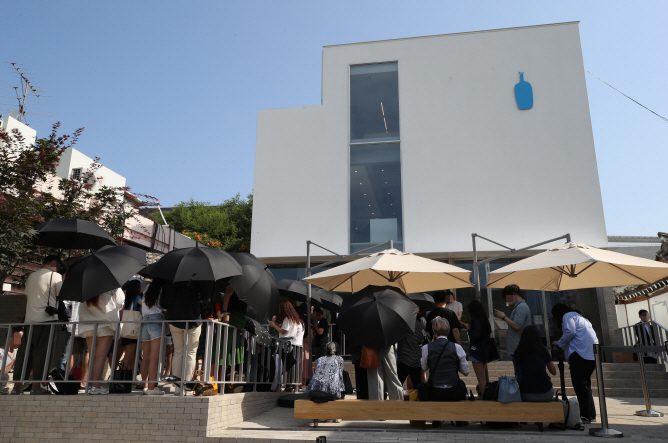 Customers waiting in a long queue in front of U.S. coffee brand Blue Bottle Coffee's second store in South Korea on July 5, 2019. (Yonhap)