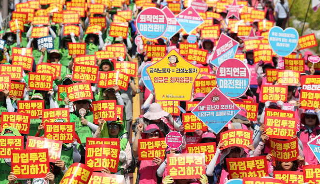Moon Gov't's Labor Policy Put to Test amid Massive Labor Strikes