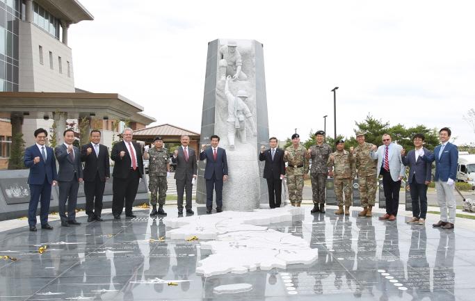 S. Korea-U.S. Alliance Sculpture Unveiled in U.S. Base in Pyeongtaek