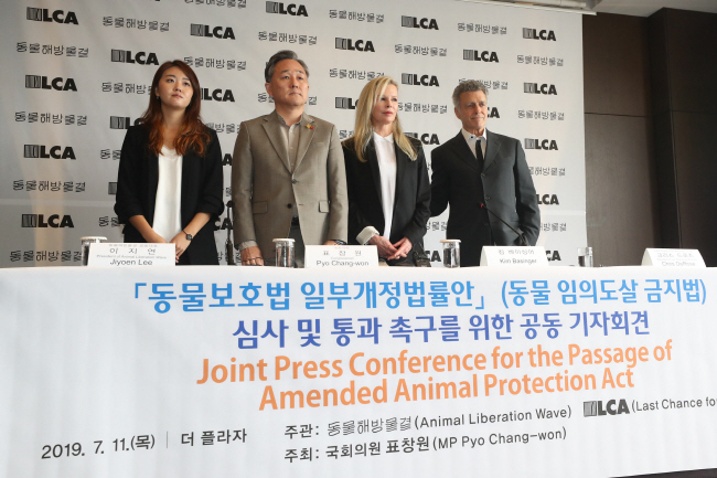 The Animal Liberation Wave (ALW) co-president Lee Ji-yeon(L), Rep. Pyo Chang-won of the ruling Democratic Party and Hollywood actress Kim Basinger. (Yonhap)
