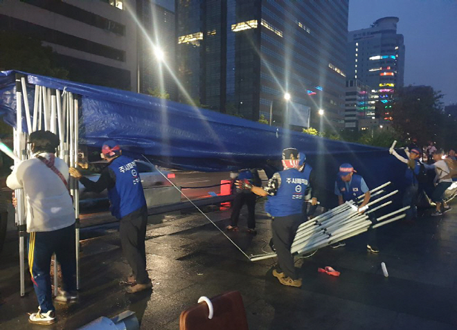 Members of the far-right opposition Our Republican Party remove their protest tents from Gwanghwamun Square in central Seoul on July 16, 2019. (Yonhap)
