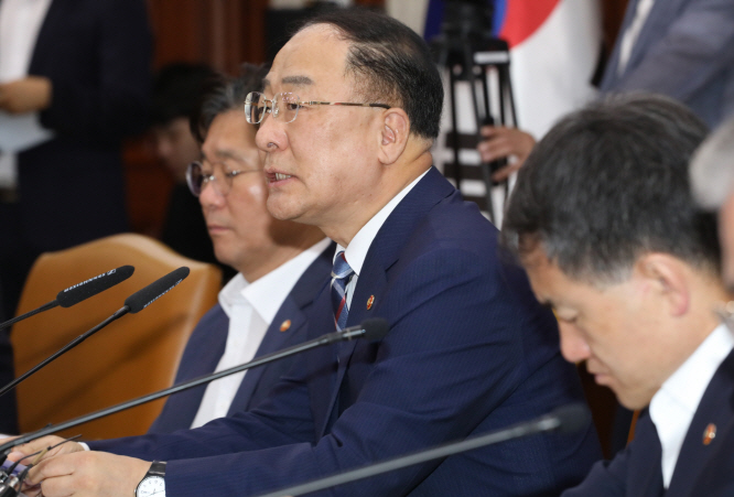 Hong Nam-ki (2nd from R), minister of economy and finance, speaks in a meeting with officials at a government building in central Seoul on July 17, 2019. (Yonhap)