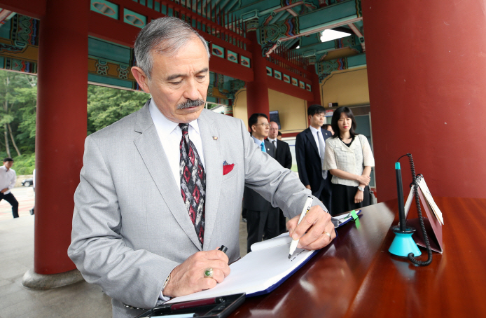 U.S. Ambassador to South Korea Harry Harris writes a message in a guestbook at the National Cemetery for the May 18th Democratic Uprising in Gwangju, 330 kilometers south of Seoul, on July 22, 2019. (Yonhap)