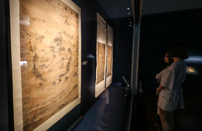 "Visitors look at a painting in the National Museum of Korea's special exhibition ""Through the Eyes of Joseon Painters"" during a press event on July 22, 2019, at the museum in Seoul. (Yonhap)"