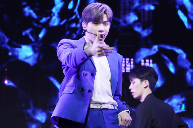 "South Korean singer Kang Daniel, a former member of boy band Wanna One, performs during a showcase for his solo debut album, ""Color on Me,"" in Seoul on July 25, 2019. (Yonhap)"