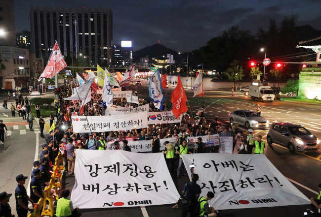 Protesters march toward the Japanese Embassy in Seoul on July 27, 2019, during a rally denouncing Japan's export restrictions and demanding an apology from the Shinzo Abe government for taking the apparent retaliatory measures. (Yonhap)