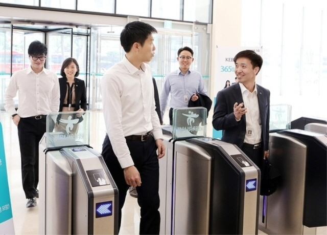 Simplifying or abolishing uniforms at work is attributed to the recent spread of a horizontal and flexible corporate culture. (image: KEB Hana Bank)