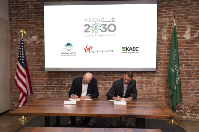 Saudi Arabia's Economic City Authority Secretary-General Mohanud A. Helal and Virgin Hyperloop One CEO Jay Walder sign an MoU to conduct a study to build the world's longest test and certification hyperloop track in Jeddah. (image: Virgin Hyperloop One)