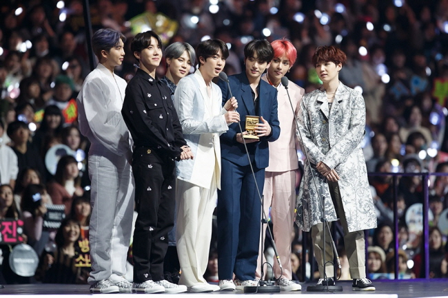 BTS is taking the stage to accept an award at the 2018 MAMA in Japan. (image: CJ ENM)