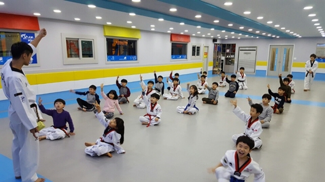 Taekwondo schools, an unlikely place for day care, are an ideal choice for many parents since they cost a lot less than other private institutions during school vacations. (image: Gyeongsang Elite Taekwondo School)