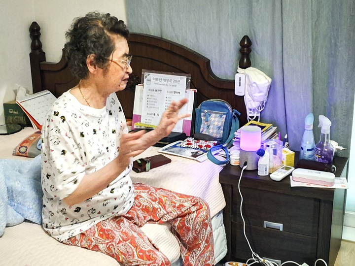 Kim In-hwan, a 83-year-old living alone in an apartment in Seoul, talks about her experience of using SK Telecom Co.'s artificial intelligence speaker, NUGU. (image: SK Telecom)