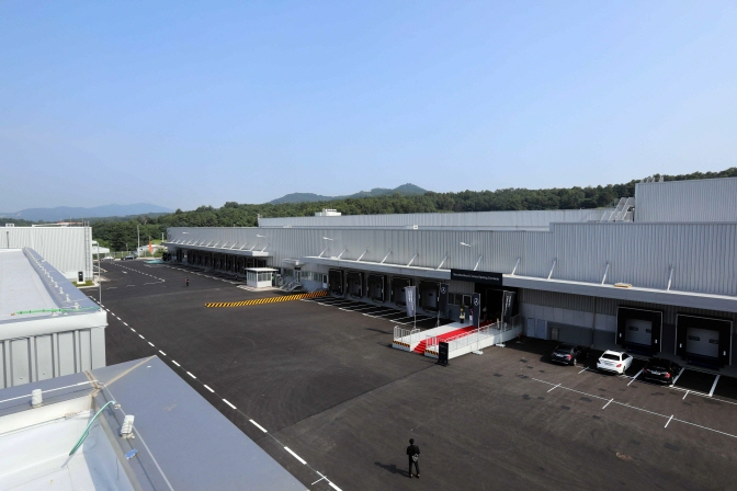 The panoramic exterior view of the Mercedes-Benz Logistics Center Korea in Anseong, 80 km south of Seoul. (image: Mercedes-Benz Korea)