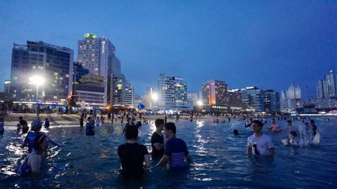 With the increase of late-night beach visitors, the programs on offer have also increased in number. (image: Haeundae District Office)