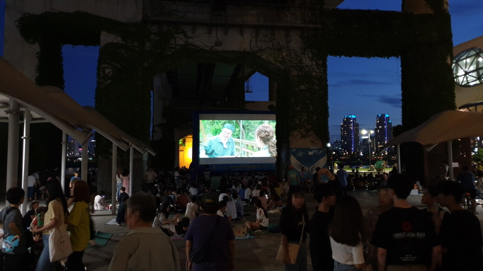 Han River Movie Festival Brings the Silver Screen Outdoors