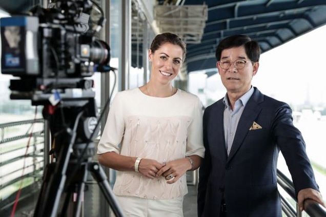 "Host of CNN's ""Winning Post: An Elegant Life Team"" Aly Vance (L) and Korea Racing Authority Chairman Kim Nak-soon. (image: Korea Racing Authority)"