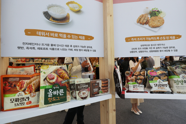 A variety of home meal replacement products displayed at an event held at Gwanghwamun in central Seoul on May 10, 2019 to promote those convenient ready-made foods. (Yonhap)